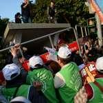 上萬勞工反修惡《勞基法》大遊行 民眾衝破封鎖 行政院前靜坐抗議