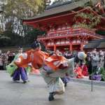 京都下鴨神社「初蹴鞠」 相互合作踢出好球