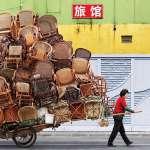 上海農民工肩上的重擔能有多沉?一輯驚人照片,凸顯那些被貨物吞噬的辛苦人…