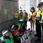 「優離」僅比《勞基法》多2萬!美麗華工會工人靜坐抗議 連警察都幫忙打氣