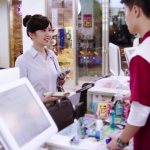 美國人問店員Do you take plastic?可不是在討塑膠袋,多數台灣人沒學過的日常用語