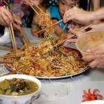 整桌舉起筷子混戰,就要弄得滿桌髒亂!新加坡這「春節必備美食」讓外國人都超驚訝!