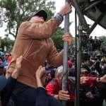 反年改群眾抗議 拆除燒毀台灣國國旗爆衝突