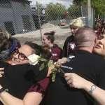 「用愛填滿空盪盪的座位」佛州槍擊案倖存者在擁抱和淚水中的療癒之路