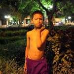 為了活下去,未成年就得賣淫!強顏歡笑接「恩客」,一輯相片拍出泰國小男妓最黑暗遭遇