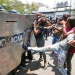 「我要知道我的兒子是生是死!」委內瑞拉監獄大火至少68死,囚犯家屬遭警方以催淚瓦斯驅散