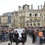 一位偉大科學家的最後一程》千人湧入劍橋向霍金道別 骨灰葬於西敏寺 與牛頓、達爾文為鄰