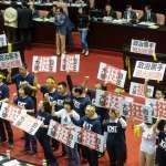高喊「政治黑手,退出校園」 國民黨立委繫上黃絲帶、敲水杯表達不滿