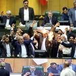 川普退出伊朗核協議》 伊朗議員憤怒焚燒美國國旗 高喊「美國去死」