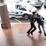 【影音】拐杖勇伯立大功!警察圍捕持槍通緝犯,老爺爺伸出「黃金右腳」助警抓賊!