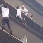 30秒徒手爬上5樓救人!巴黎「蜘蛛人」成法國英雄,馬克宏親自召見