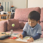 怕孩子被「體制內教育」馴服,在家自學可以嗎?她公開申請「懶人包」為兒子打造最棒課表