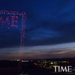 有片》實在太壯觀!《時代雜誌》用958架無人機,高空砌出招牌字,拍下史上最炫封面照!