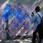 塗鴉大師Banksy巴黎街頭出沒!新作品世界難民日現蹤,抗議法國移民政策