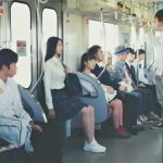 日本人搭電車連背包都有「禮儀揹法」,而且關東關西大不同!台灣人出國千萬別當失格旅人