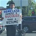 實在沒工作,26歲矽谷流浪漢豁出去了!安全島上「舉牌發履歷」,誠懇到連Google都找上門
