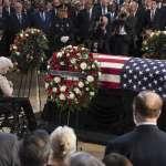 悼念一位台灣的友人》蘇嘉全造訪美國會山莊 向參議員馬侃靈柩鞠躬致意