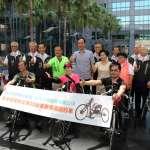 助身障者復健 樹林濟安宮及瑞興冷凍捐贈手搖自行車