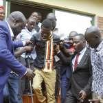 「我被打到滿臉是血,失去意識、遍體鱗傷...」烏干達「街頭總統」、流行歌手鮑比韋恩控訴政府羅織罪名、酷刑虐待