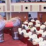 超巨型「木馬」佔據市議會!王世堅諷柯文哲:抱中共大腿、向中共交心