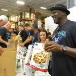 NBA》喬丹做愛心不遺餘力 親手為災民打包食物
