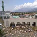 大地震掀起3公尺高海嘯!印尼蘇拉威西島逾400人死亡,連清真寺也遭海嘯沖毀