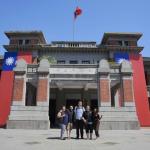 百年州廳古蹟換國旗裝 外籍遊客搶拍成打卡新熱點