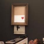 英國塗鴉大師Banksy惡搞?畫作《汽球女孩》4219萬拍賣成交 一落槌當場立刻變碎紙