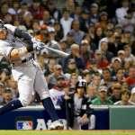 MLB季後賽》紅襪球迷撿到法官開轟球,不急著丟回去,要留著送給洋基迷好友