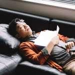 為何吃完午餐會那麼想睡?小睡一下真的對工作效率有幫助嗎?揭午睡的好處與壞處
