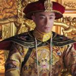 乾隆龍袍竟現身倫敦拍賣?曾被英軍官穿去「跑變裝趴」,家屬:實在不知他當年怎弄來的