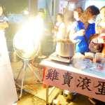 韓國瑜美濃晚會擠進3萬人 小吃攤掛「雞賣滾蛋」海報大玩藏頭詩