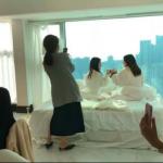 造假出新高度!中國網美瘋「偽飯店咖啡廳」:擺張床、穿個浴袍,就能拍照假裝自己在渡假
