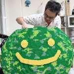 樂高大師用積木疊出一顆豆苗,拼出台日友好的希望之芽