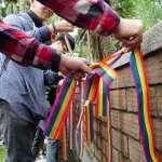「性別不平等,聖誕不快樂」!台大生校門高掛彩虹旗 籲行政機關堅守性別平等