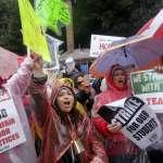 洛杉磯3萬教師大罷工》勞資談判破裂!50萬學生權益受損,坐體育館地板寫作業