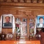 中國強迫藏人對毛澤東、習近平照片磕頭禮拜 「毛主席解放西藏、習主席讓你脫貧」