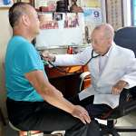 患者或家屬一通電話,他就摸黑走到病人家裡看病,一做就是數十年!苗栗97歲仁醫謝春梅
