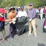 台船淨灘宣導防治海洋污染 盼鳳鼻頭海灘美景再現