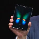 手機打開就變平板!三星「折疊手機」搶先亮相,售價竟破6萬!究竟厲害在哪?一篇解析