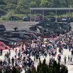 神龍小組跳傘、現場火炮試拉!陸軍龍翔營區開放,湧6萬民眾參觀