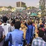 老獨裁者下台了,新領導人竟是他的副手...蘇丹百姓不滿政變成果,首都抗議人潮高呼:「第二個也要給他倒!」