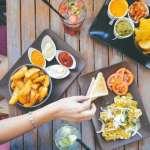 稱讚食物好吃只會說delicious?必學10個讚嘆美食萬用字,原來老外也會說「神好吃」啊