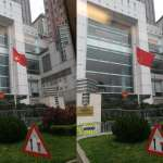 造反了?活得不耐煩?香港中聯辦竟然倒掛五星旗:鄭重道歉、承諾不再發生