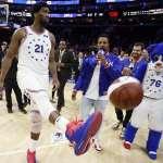 NBA季後賽》安比德33分10籃板率隊大勝暴龍 戰神艾佛森場邊坐鎮歡呼