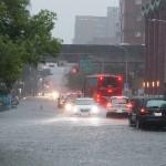 梅雨季往往造成台灣重大損失,該如何因應?他提出「徵收雨水費」的概念