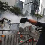 「反送中」群眾突破防線推進,警方開槍驅離!香港警務署強調僅是「布袋彈」,定性示威為「暴亂」