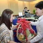 北上爭取中央經費 盧秀燕提水果籃送蘇貞昌「中和過酸的政治環境」