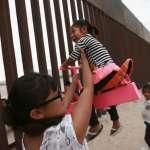 暖心!「一邊一國」高牆阻擋不了友誼和笑聲 加州大學教授建「粉紅翹翹板」跨越美墨邊境