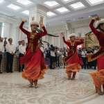 外國遊客離開後,上一秒翩翩起舞的維吾爾人被警車集體帶走...新疆政府雇「臨時演員」佯裝路人矇騙外界